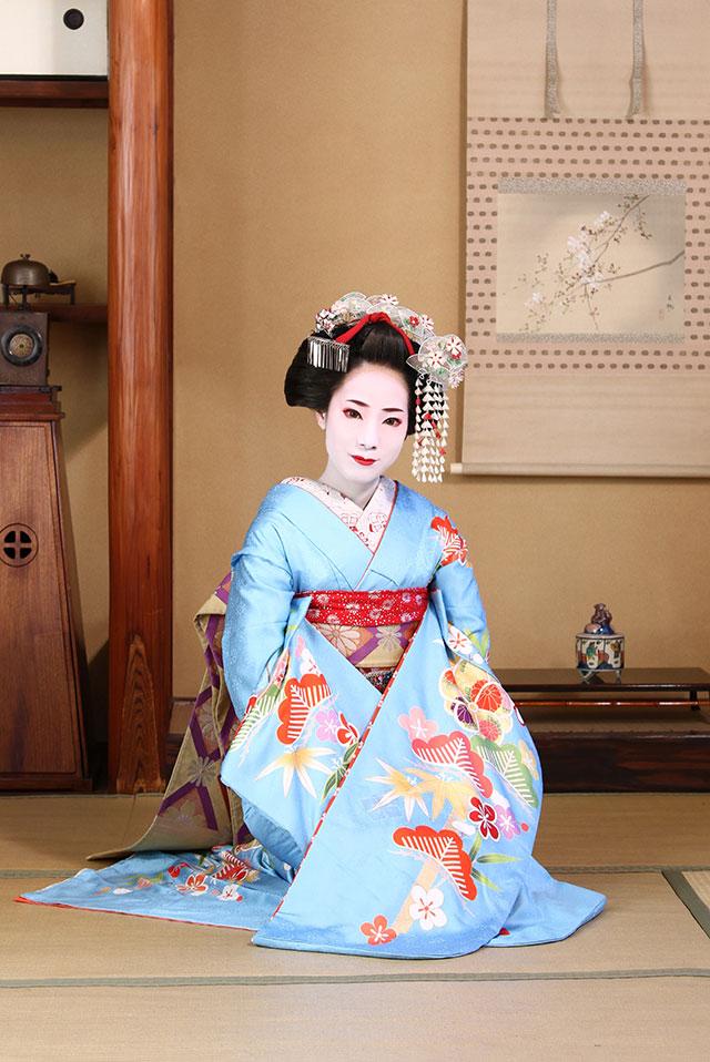 京都のお茶屋さんの窓際で舞妓体験