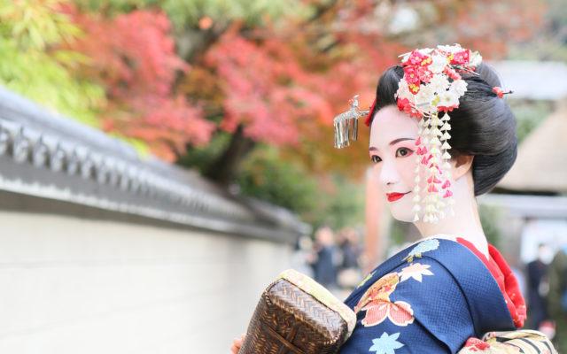 やってきました秋!!そこで、今回は舞妓×紅葉で秋を満喫いただくためのスペシャルなお着物コーデ20選!!をご紹介いたします★秋コーデを楽しむポイントも少しご紹介しているのでぜひご覧ください♪