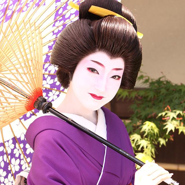 在京都变身为传统的美丽舞妓吧!